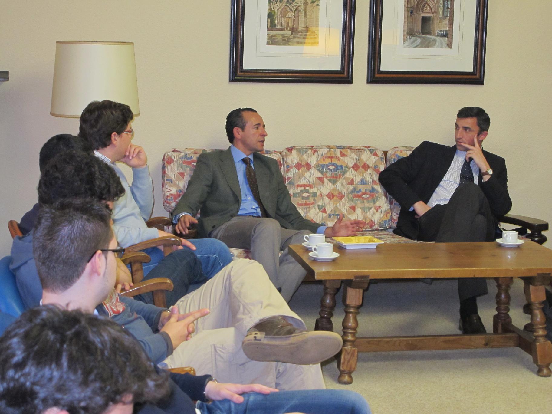 Javier Martínez, Gerente de la Fundación Junior´s-Centro de Altos Estudios de Galicia (CAESGA) participa en una tertulia en el Colegio Mayor