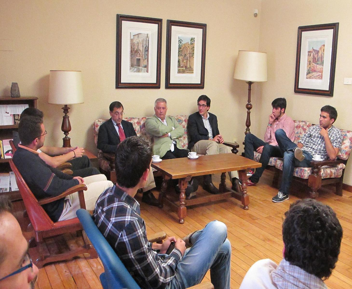 Ghaleb Jaber Presidente de la Fundación Araguaney participo en una tertulia con estudiantes universitarios en el Colegio Mayor La Estila