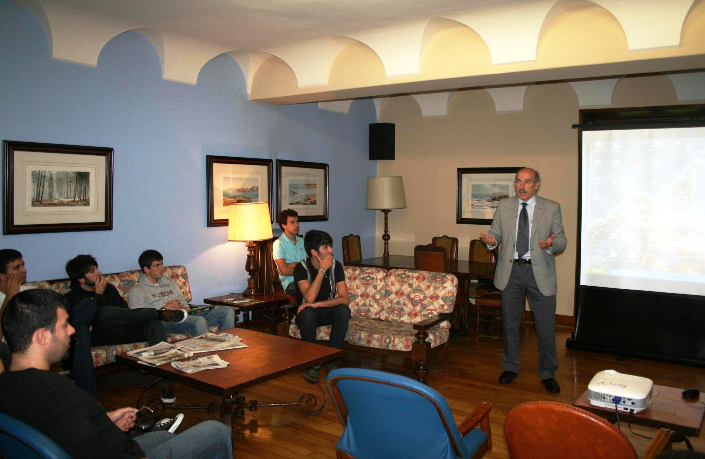 El presentador y actor Tacho González compartió mesa y mantel con residentes del Colegio Mayor