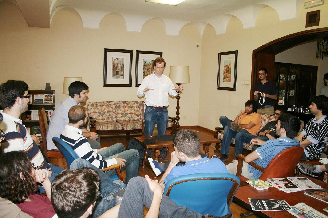 Sesión de Magia en el Colegio Mayor La Estila como terapia para superar la presión de los exámenes