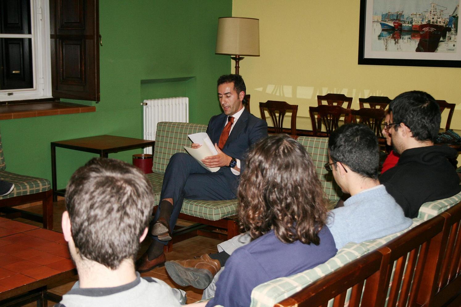 Carlos Varela, Fiscal Superior de Galicia participó en una tertulia con estudiantes universitarios en el Colegio Mayor La Estila