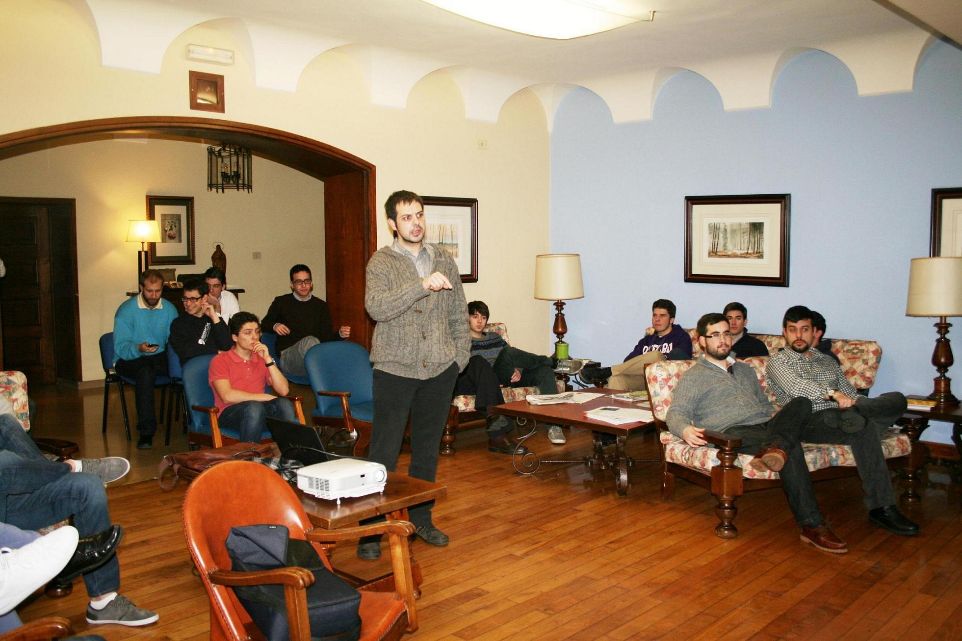 El coronel de infantería Carlos Boado mantiene un encuentro con estudiantes universitarios en el Colegio Mayor