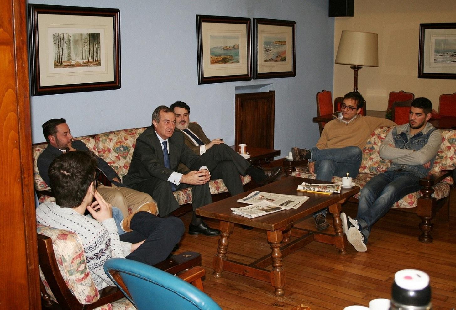 El empresario gallego Amador de Castro visita el Colegio Mayor La Estila y mantiene un encuentro con estudiantes universitarios