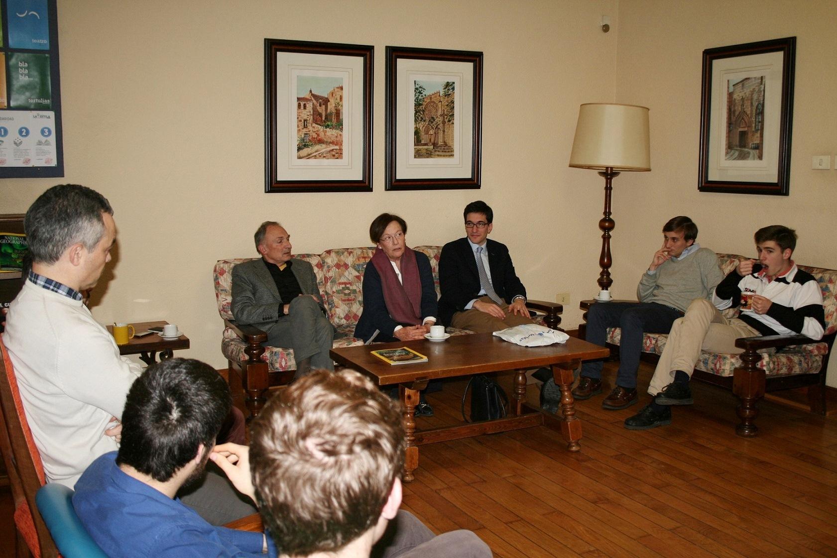 La Delegada en Santiago de Manos Unidas, visita el Colegio Mayor para presentar el trabajo de su organización