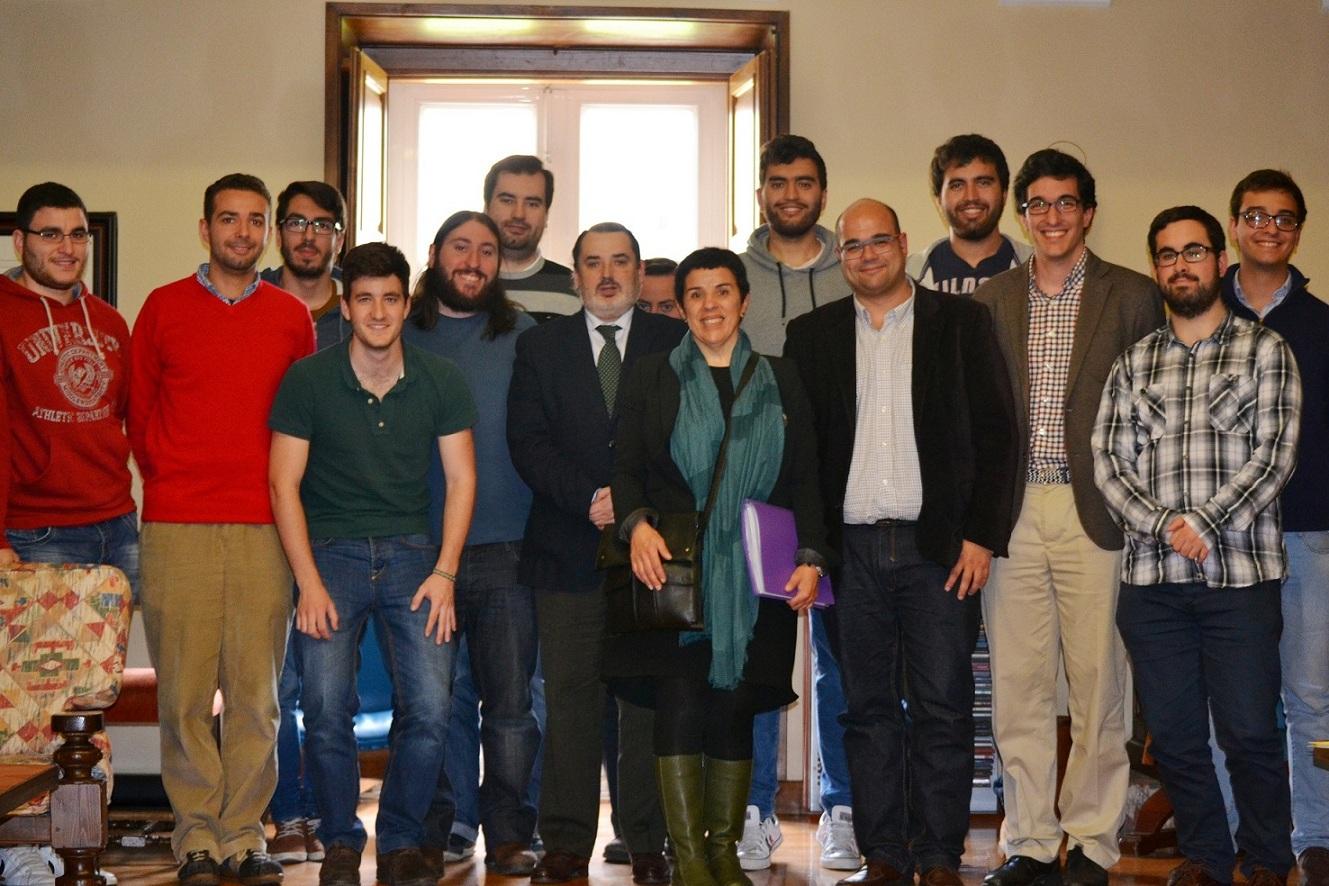 Rubén Cela, candidato del BNG a la Alcaldía de Santiago participa en una tertulia con estudiantes en el Colegio Mayor