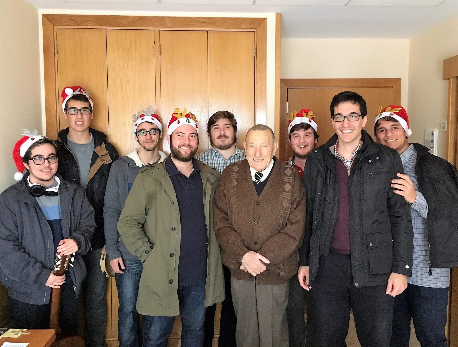 Residentes del Colegio Mayor visitan residencias de ancianos