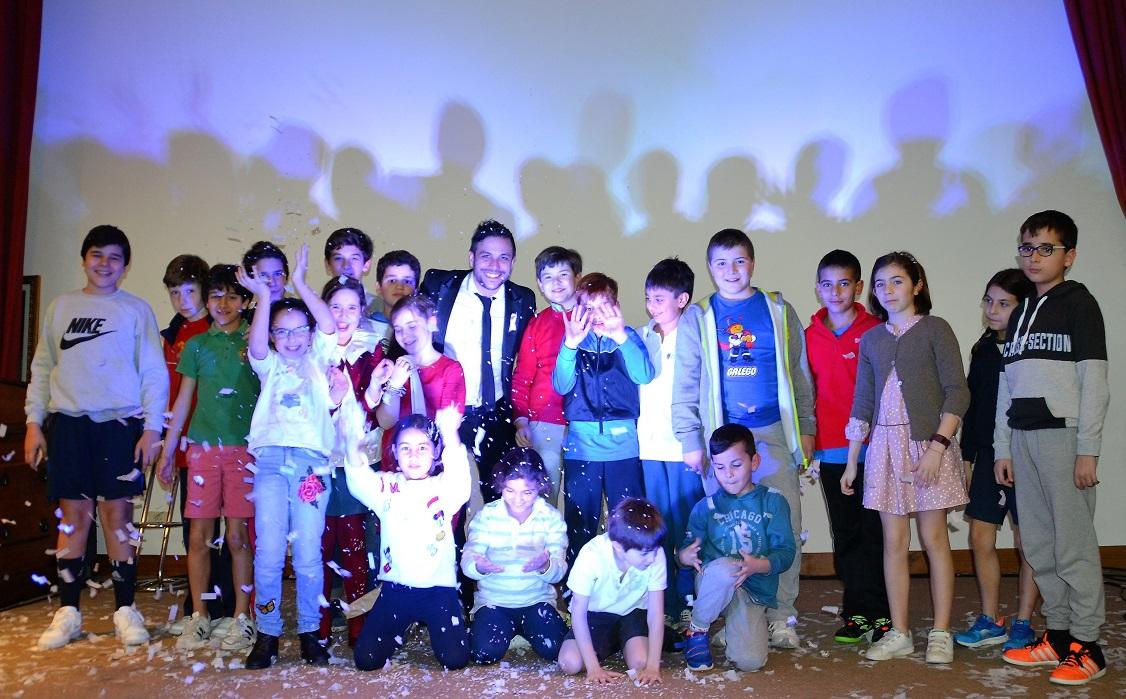 El Colegio Mayor acogió una sesión de magia solidaria del Mago Xacobe