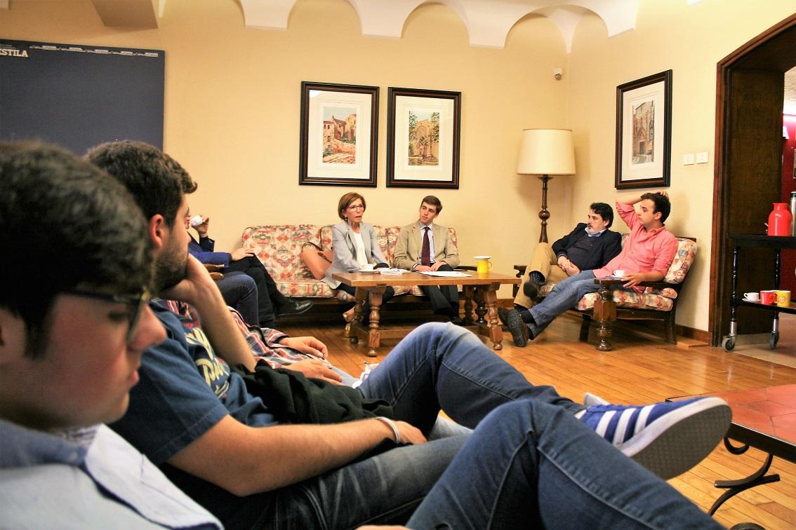"""La Presidenta de """"Executivas de Galicia"""" participa en una tertulia en La Estila"""